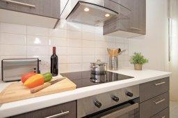 Кухня. Кипр, Пернера Тринити : Современная вилла с 4-мя спальнями, 3-мя ванными комнатами, бассейном и приватным двориком с барбекю, расположена недалеко от пляжа Ayia Triada Beach