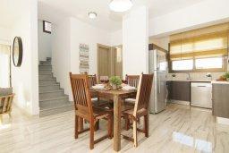 Обеденная зона. Кипр, Пернера Тринити : Современная вилла с 4-мя спальнями, 3-мя ванными комнатами, бассейном и приватным двориком с барбекю, расположена недалеко от пляжа Ayia Triada Beach