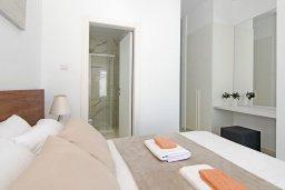 Спальня. Кипр, Пернера : Современная вилла с 3-мя спальнями, 2-мя ванными комнатами, бассейном, тенистой террасой с патио и барбекю, расположена в 200 метрах от песчаного пляжа Kalamies Beach