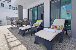 Зона отдыха у бассейна. Кипр, Пернера : Современная вилла с 3-мя спальнями, 2-мя ванными комнатами, бассейном, тенистой террасой с патио и барбекю, расположена в 200 метрах от песчаного пляжа Kalamies Beach