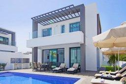 Фасад дома. Кипр, Пернера : Современная вилла с 3-мя спальнями, 2-мя ванными комнатами, бассейном, тенистой террасой с патио и барбекю, расположена в 200 метрах от песчаного пляжа Kalamies Beach