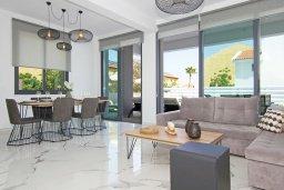 Гостиная. Кипр, Пернера : Потрясающая современная вилла с 3-мя спальнями, 2-мя ванными комнатами, бассейном, тенистой террасой с патио и барбекю, расположена в 200 метрах от песчаного пляжа Kalamies Beach