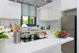 Кухня. Кипр, Пернера : Потрясающая современная вилла с 3-мя спальнями, 2-мя ванными комнатами, бассейном, тенистой террасой с патио и барбекю, расположена в 200 метрах от песчаного пляжа Kalamies Beach