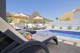 Зона отдыха у бассейна. Кипр, Пернера : Потрясающая современная вилла с 3-мя спальнями, 2-мя ванными комнатами, бассейном, тенистой террасой с патио и барбекю, расположена в 200 метрах от песчаного пляжа Kalamies Beach