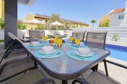Обеденная зона. Кипр, Пернера : Потрясающая современная вилла с 3-мя спальнями, 2-мя ванными комнатами, бассейном, тенистой террасой с патио и барбекю, расположена в 200 метрах от песчаного пляжа Kalamies Beach