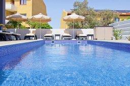Бассейн. Кипр, Пернера : Потрясающая современная вилла с 3-мя спальнями, 2-мя ванными комнатами, бассейном, тенистой террасой с патио и барбекю, расположена в 200 метрах от песчаного пляжа Kalamies Beach