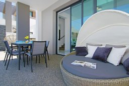 Зона отдыха у бассейна. Кипр, Пернера : Современная вилла с видом на Средиземное море, с 3-мя спальнями, 2-мя ванными комнатами, бассейном, тенистой террасой с патио и барбекю, расположена в 200 метрах от песчаного пляжа Kalamies Beach