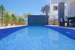 Бассейн. Кипр, Пернера : Современная вилла с видом на Средиземное море, с 3-мя спальнями, 2-мя ванными комнатами, бассейном, тенистой террасой с патио и барбекю, расположена в 200 метрах от песчаного пляжа Kalamies Beach
