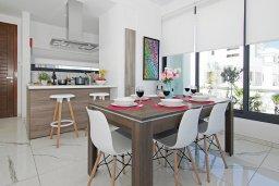 Кухня. Кипр, Пернера : Современная вилла с видом на Средиземное море, с 3-мя спальнями, 2-мя ванными комнатами, бассейном, тенистой террасой с патио и барбекю, расположена в 200 метрах от песчаного пляжа Kalamies Beach