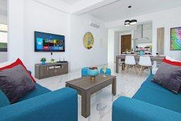 Гостиная. Кипр, Пернера : Современная вилла с видом на Средиземное море, с 3-мя спальнями, 2-мя ванными комнатами, бассейном, тенистой террасой с патио и барбекю, расположена в 200 метрах от песчаного пляжа Kalamies Beach