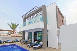 Фасад дома. Кипр, Пернера : Современная вилла с видом на Средиземное море, с 3-мя спальнями, 2-мя ванными комнатами, бассейном, тенистой террасой с патио и барбекю, расположена в 200 метрах от песчаного пляжа Kalamies Beach