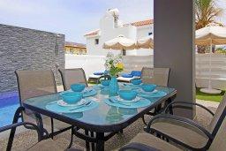 Обеденная зона. Кипр, Пернера : Современная вилла с видом на Средиземное море, с 3-мя спальнями, 2-мя ванными комнатами, бассейном, тенистой террасой с патио и барбекю, расположена в 200 метрах от песчаного пляжа Kalamies Beach