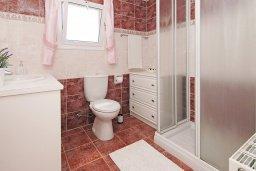 Ванная комната. Кипр, Пернера Тринити : Удивительная вилла с 3-мя спальнями, 2-мя ванными комнатами, бассейном, тенистой террасой с патио и традиционным каменным барбекю, расположена недалеко от пляжа Trinity Beach