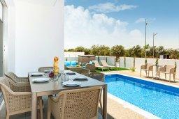 Обеденная зона. Кипр, Каппарис : Современная вилла с видом на Средиземное море, с 3-мя спальнями, 2-мя ванными комнатами, бассейном, тенистой террасой с патио, lounge-зоной, барбекю, расположена в тихом районе Kapparis