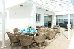 Обеденная зона. Кипр, Центр Айя Напы : Великолепная вилла с видом на Средиземное море, с 3-мя спальнями, 2-мя ванными комнатами, бассейном, тенистой террасой с патио и барбекю, расположена в новом роскошном частном комплексе