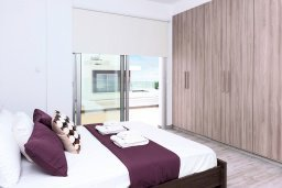 Спальня. Кипр, Центр Айя Напы : Великолепная вилла с видом на Средиземное море, с 3-мя спальнями, 2-мя ванными комнатами, бассейном, тенистой террасой с патио и барбекю, расположена в новом роскошном частном комплексе