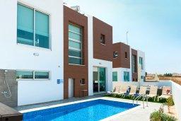 Фасад дома. Кипр, Каппарис : Потрясающая современная вилла с видом на Средиземное море, с 3-мя спальнями, 2-мя ванными комнатами, бассейном, тенистой террасой с патио, lounge-зоной, барбекю, расположена в тихом районе Kapparis