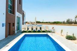 Бассейн. Кипр, Каппарис : Потрясающая современная вилла с видом на Средиземное море, с 3-мя спальнями, 2-мя ванными комнатами, бассейном, тенистой террасой с патио, lounge-зоной, барбекю, расположена в тихом районе Kapparis
