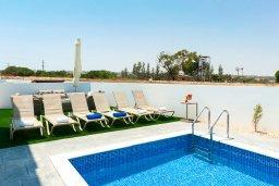 Зона отдыха у бассейна. Кипр, Каппарис : Потрясающая современная вилла с видом на Средиземное море, с 3-мя спальнями, 2-мя ванными комнатами, бассейном, тенистой террасой с патио, lounge-зоной, барбекю, расположена в тихом районе Kapparis
