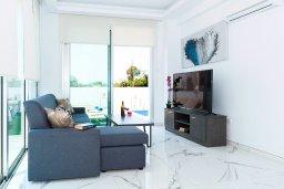 Гостиная. Кипр, Каппарис : Потрясающая современная вилла с видом на Средиземное море, с 3-мя спальнями, 2-мя ванными комнатами, бассейном, тенистой террасой с патио, lounge-зоной, барбекю, расположена в тихом районе Kapparis