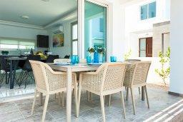 Обеденная зона. Кипр, Каппарис : Потрясающая современная вилла с видом на Средиземное море, с 3-мя спальнями, 2-мя ванными комнатами, бассейном, тенистой террасой с патио, lounge-зоной, барбекю, расположена в тихом районе Kapparis