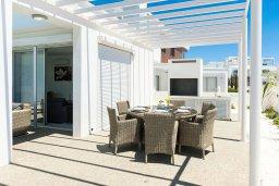 Обеденная зона. Кипр, Центр Айя Напы : Роскошная вилла с бассейном, патио и барбекю, 3 спальни, 2 ванные комнаты, парковка, Wi-Fi