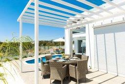 Обеденная зона. Кипр, Центр Айя Напы : Шикарная вилла с потрясающим видом на Средиземное море, с 3-мя спальнями, 2-мя ванными комнатами, бассейном, тенистой террасой с патио и барбекю, расположена в новом роскошном частном комплексе