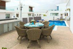 Обеденная зона. Кипр, Центр Айя Напы : Шикарная вилла с видом на Средиземное море, с 3-мя спальнями, 2-мя ванными комнатами, бассейном, тенистой террасой с патио и барбекю, расположена в новом роскошном частном комплексе