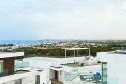Вид на море. Кипр, Центр Айя Напы : Шикарная вилла с видом на Средиземное море, с 3-мя спальнями, 2-мя ванными комнатами, бассейном, тенистой террасой с патио и барбекю, расположена в новом роскошном частном комплексе
