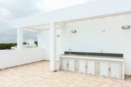 Терраса. Кипр, Центр Айя Напы : Шикарная вилла с видом на Средиземное море, с 3-мя спальнями, 2-мя ванными комнатами, бассейном, тенистой террасой с патио и барбекю, расположена в новом роскошном частном комплексе