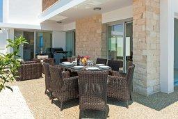 Обеденная зона. Кипр, Ионион - Айя Текла : Великолепная и современная вилла с панорамным видом на Средиземное море, с 3-мя спальнями, 2-мя ванными комнатами, с бассейном, солнечной террасой с патио, уличным баром и барбекю, расположена в прибрежной зоне Ayia Thekla