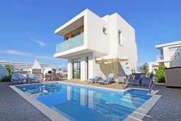Фасад дома. Кипр, Пернера Тринити : Стильная вилла с 3-мя спальнями, 3-мя ванными комнатами, с бассейном, солнечной террасой с патио и lounge-зоной, каменным барбекю с баром и традиционной глиняной печью, расположена рядом с гаванью Ayia Triada и пляжем Trinity Beach