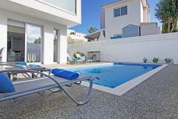 Бассейн. Кипр, Пернера Тринити : Стильная вилла с 3-мя спальнями, 3-мя ванными комнатами, с бассейном, солнечной террасой с патио и lounge-зоной, каменным барбекю с баром и традиционной глиняной печью, расположена рядом с гаванью Ayia Triada и пляжем Trinity Beach