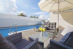 Патио. Кипр, Пернера Тринити : Стильная вилла с 3-мя спальнями, 3-мя ванными комнатами, с бассейном, солнечной террасой с патио и lounge-зоной, каменным барбекю с баром и традиционной глиняной печью, расположена рядом с гаванью Ayia Triada и пляжем Trinity Beach