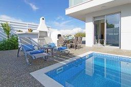 Зона отдыха у бассейна. Кипр, Пернера Тринити : Стильная вилла с 3-мя спальнями, 3-мя ванными комнатами, с бассейном, солнечной террасой с патио и lounge-зоной, каменным барбекю с баром и традиционной глиняной печью, расположена рядом с гаванью Ayia Triada и пляжем Trinity Beach