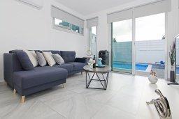 Гостиная. Кипр, Пернера Тринити : Стильная вилла с 3-мя спальнями, 3-мя ванными комнатами, с бассейном, солнечной террасой с патио и lounge-зоной, каменным барбекю с баром и традиционной глиняной печью, расположена рядом с гаванью Ayia Triada и пляжем Trinity Beach