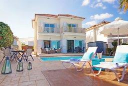 Фасад дома. Кипр, Коннос Бэй : Современная вилла с панорамным видом на море, с 3-мя спальнями, с бассейном, потрясающим патио и барбекю, расположена на первой линии моря