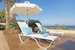 Зона отдыха у бассейна. Кипр, Коннос Бэй : Современная вилла с панорамным видом на море, с 3-мя спальнями, с бассейном, потрясающим патио и барбекю, расположена на первой линии моря