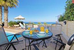 Обеденная зона. Кипр, Коннос Бэй : Современная вилла с панорамным видом на море, с 3-мя спальнями, с бассейном, потрясающим патио и барбекю, расположена на первой линии моря