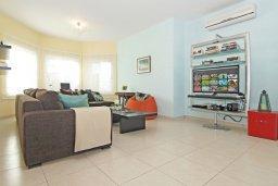 Гостиная. Кипр, Коннос Бэй : Современная вилла с панорамным видом на море, с 3-мя спальнями, с бассейном, потрясающим патио и барбекю, расположена на первой линии моря