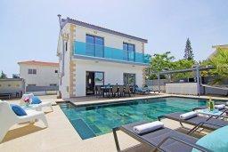 Фасад дома. Кипр, Центр Айя Напы : Великолепная вилла с бассейном с джакузи и приватным двориком с барбекю, 4 спальни, 2 ванные комнаты, настольный теннис, бильярд, парковка, Wi-Fi