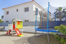 Детская площадка. Кипр, Центр Айя Напы : Великолепная вилла с бассейном с джакузи и приватным двориком с барбекю, 4 спальни, 2 ванные комнаты, настольный теннис, бильярд, парковка, Wi-Fi