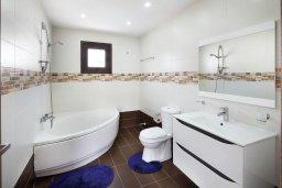 Ванная комната. Кипр, Декелия - Ороклини : Современная вилла в 5 минутах ходьбы до пляжа с бассейном и приватным двориком, 4 спальни, 4 ванны комнаты, парковка, Wi-Fi