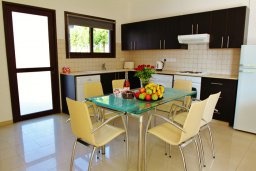 Кухня. Кипр, Декелия - Ороклини : Уютная вилла с бассейном и приватным двориком, 4 спальни, 2 ванные комнаты, парковка, Wi-Fi