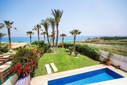 Бассейн. Кипр, Каппарис : Роскошная вилла возле пляжа с бассейном, у хоженным садом и видом на море, 5 спален, 5 ванных комнат, барбекю, парковка, Wi-Fi