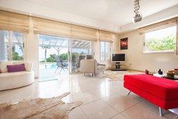 Гостиная. Кипр, Каппарис : Роскошная вилла возле пляжа с бассейном, у хоженным садом и видом на море, 5 спален, 5 ванных комнат, барбекю, парковка, Wi-Fi