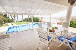 Обеденная зона. Кипр, Каппарис : Роскошная вилла возле пляжа с бассейном, у хоженным садом и видом на море, 5 спален, 5 ванных комнат, барбекю, парковка, Wi-Fi