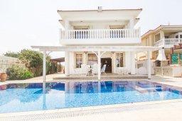 Фасад дома. Кипр, Каппарис : Роскошная вилла возле пляжа с бассейном, у хоженным садом и видом на море, 5 спален, 5 ванных комнат, барбекю, парковка, Wi-Fi