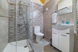 Ванная комната. Кипр, Ксилофагу : Восхитительная современная вилла с 3-мя спальнями. 3-мя ванными комнатами, с бассейном, тенистой террасой с патио и барбекю, расположена в тихом месте в деревне Xylofagou