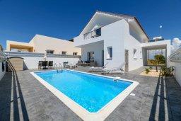 Фасад дома. Кипр, Ксилофагу : Восхитительная современная вилла с 3-мя спальнями. 3-мя ванными комнатами, с бассейном, тенистой террасой с патио и барбекю, расположена в тихом месте в деревне Xylofagou